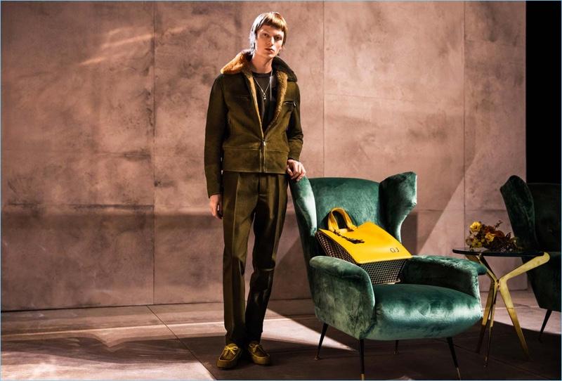 Jonas Glöer indossa un look scamosciato dalla collezione autunno-inverno 2018 di Bottega Veneta.