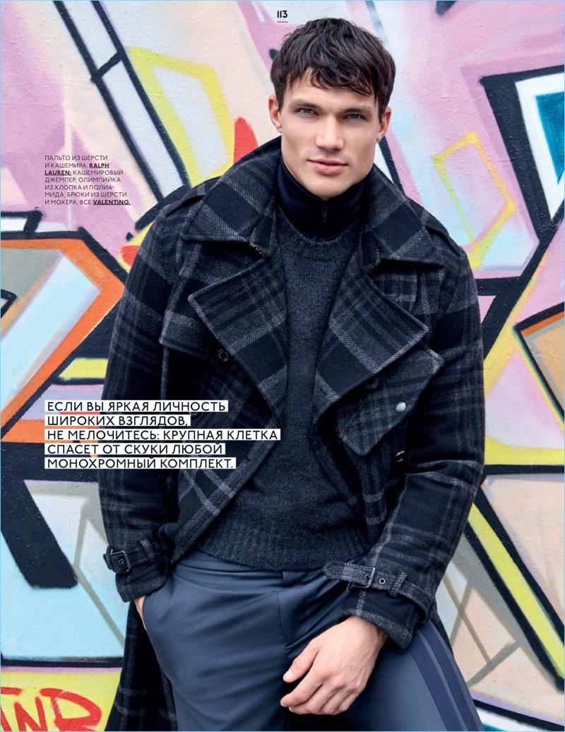 Dominic Carisch fa una dichiarazione in assegni per GQ Style Russia