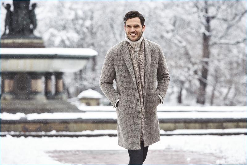 Taking in a chic winter scene, Jislain Duval stars in Hatemoğlu's new campaign.