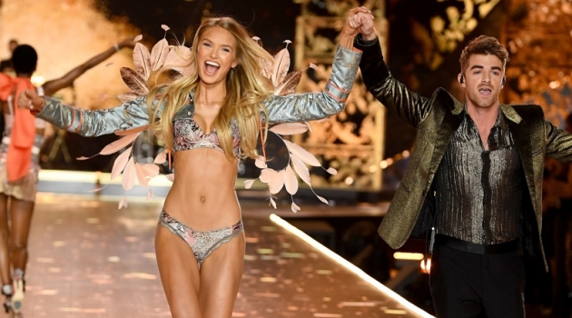 Romee Strijd walks with Andrew Taggart of The Chainsmokers during the 2018 Victoria's Secret Fashion Show on November 8, 2018 in New York City. Photo: Dimitrios Kambouris/Getty Images for Victoria's Secret
