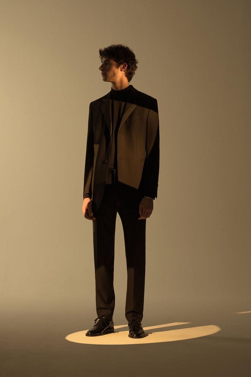 Model Oscar Kindelan dons a sleek suit from COS.