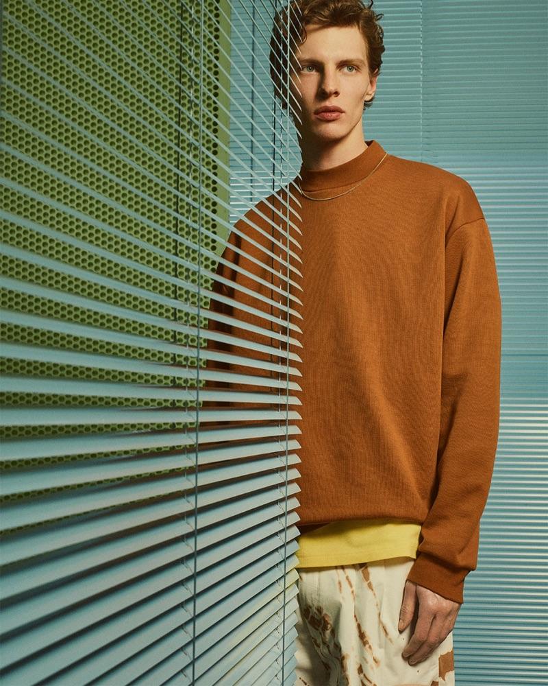 Going casual, Tim Schuhmacher rocks a brown sweatshirt from Zara Man.