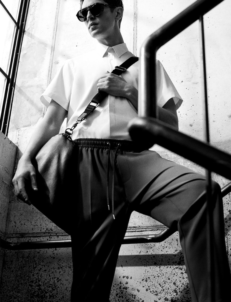 Top model Mathias Lauridsen wears a short-sleeve shirt with drawstring trousers.