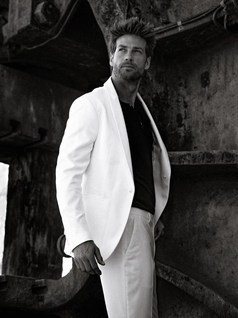 Julian wears suit Zara.