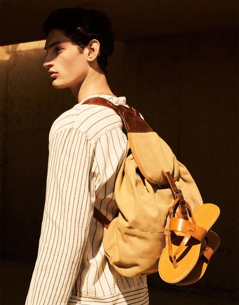 Model Aaron Shandel wears a linen look with a beige backpack from Zara Man.