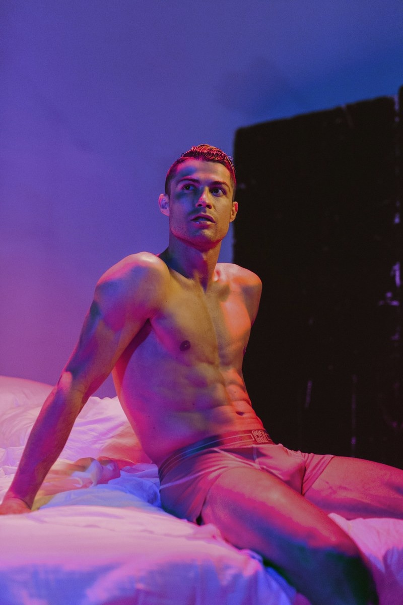 Na frente e no centro, Cristiano Ronaldo aparece na campanha de cuecas CR7.