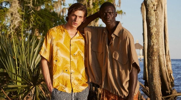 Sporting yellow, Edoardo Sebastianelli wears a Nipoaloha shirt with Frescobol Carioca shorts. Meanwhile, Fernando Cabral dons a Marrakshi Life shirt with Bottega Veneta shorts.