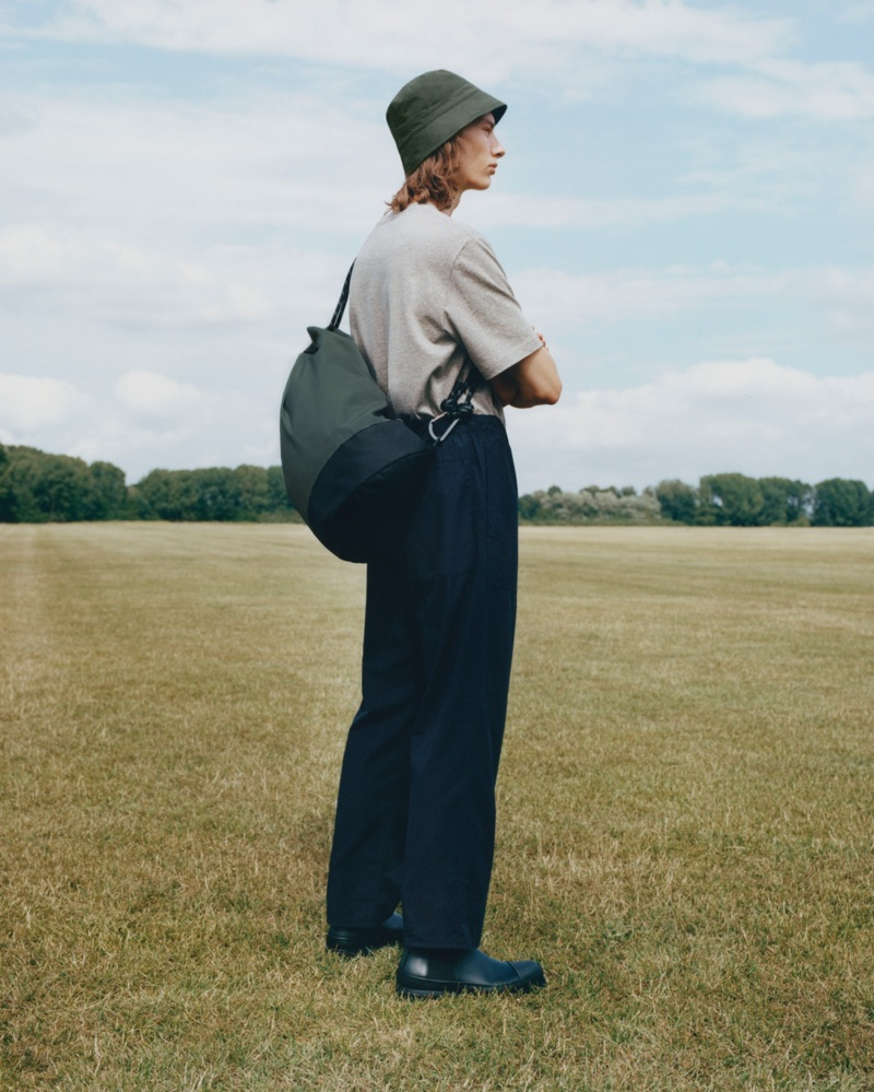 Embracing a relaxed silhouette, Casper Plantinga dons a COS look.