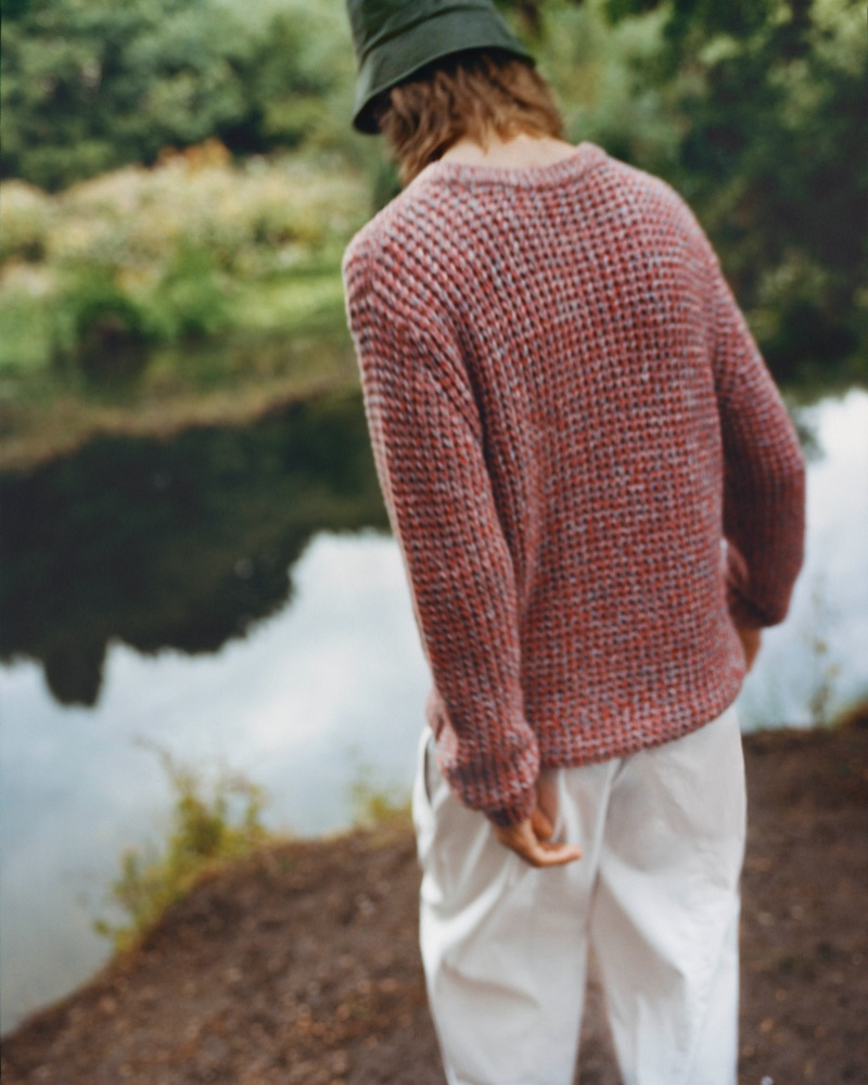 Showcasing perfect fall style, Casper Plantinga dons a chunky sweater from COS.