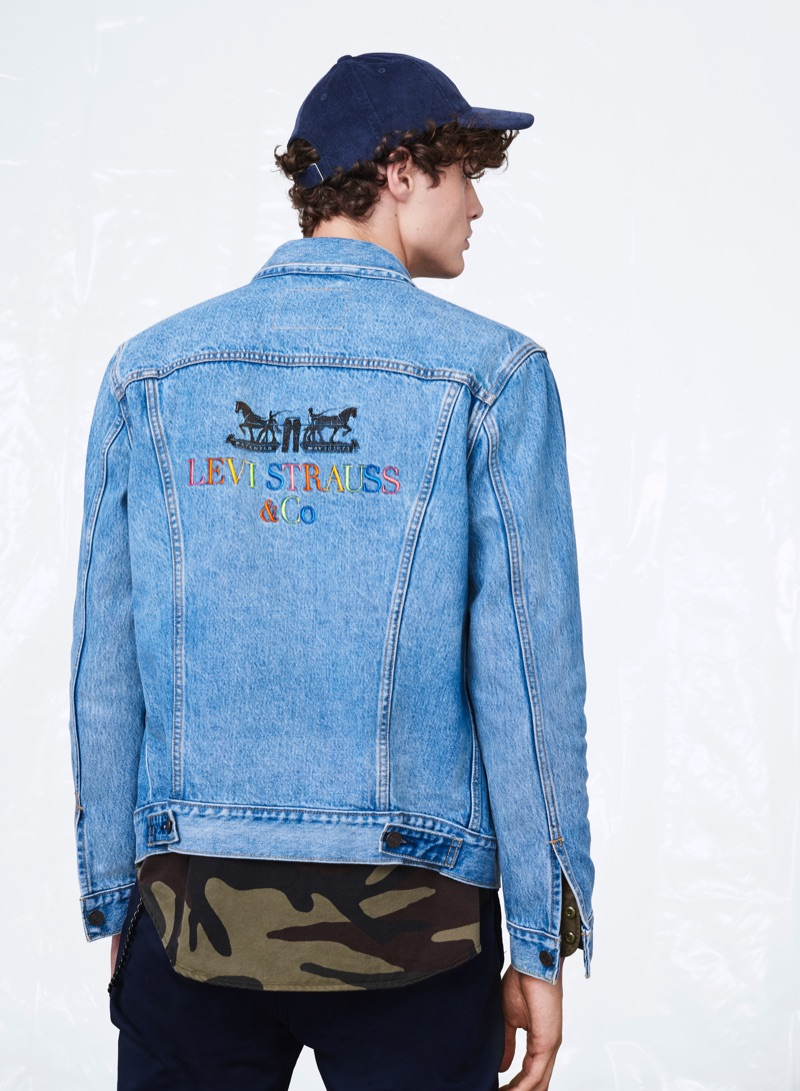 Model Darwin Gray sports Levi's 90s logo denim jacket.