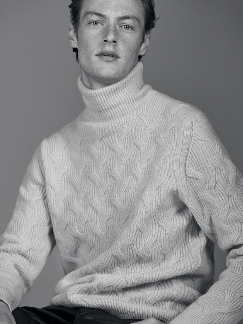 Roberto Sipos dons a chic turtleneck sweater from Massimo Dutti's fall-winter 2019 runway collection.