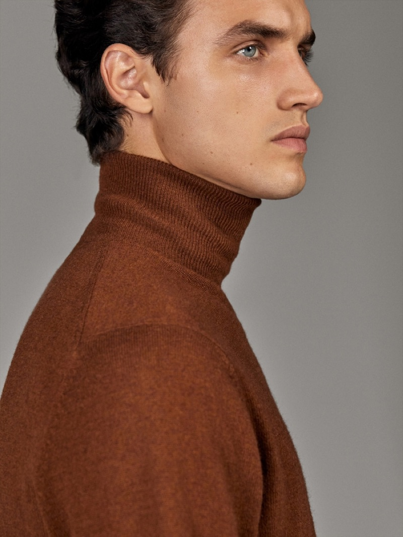 Delivering a side profile, Federico Novello dons a turtleneck sweater from Massimo Dutti's fall-winter 2019 runway collection.