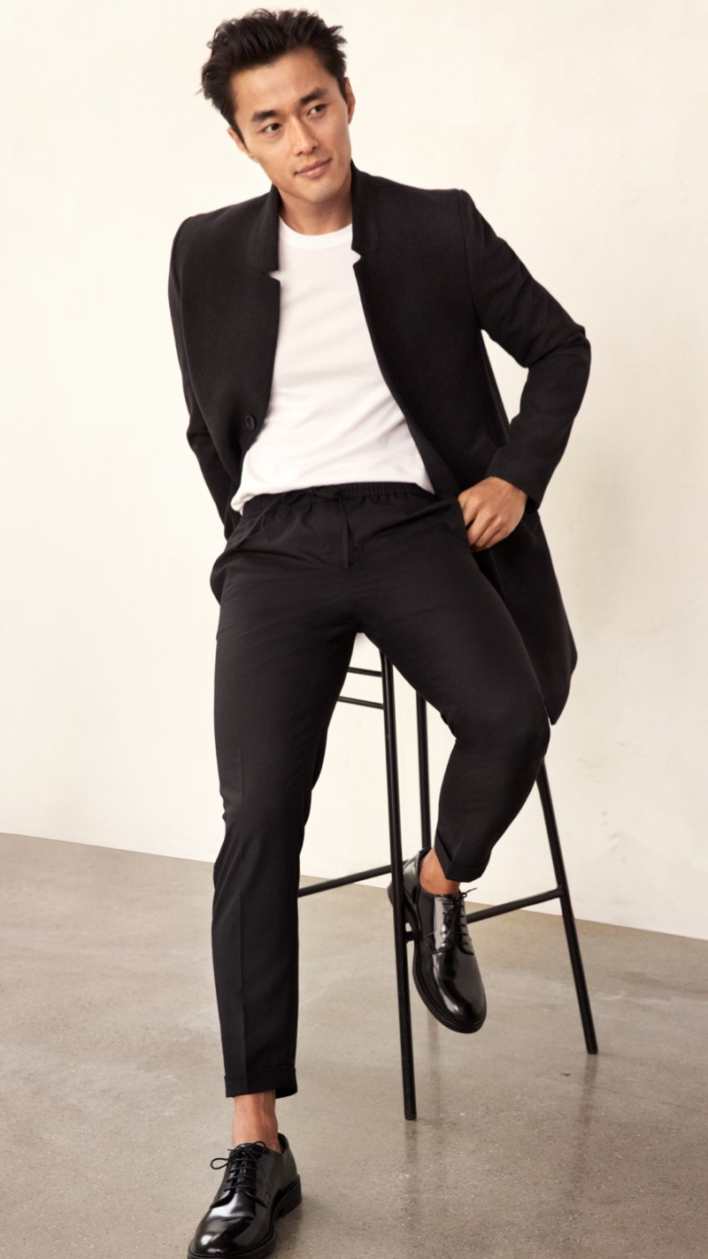 Sitting for a photo, Zhao Lei wears H&M drawstring trousers with a blazer and white t-shirt.