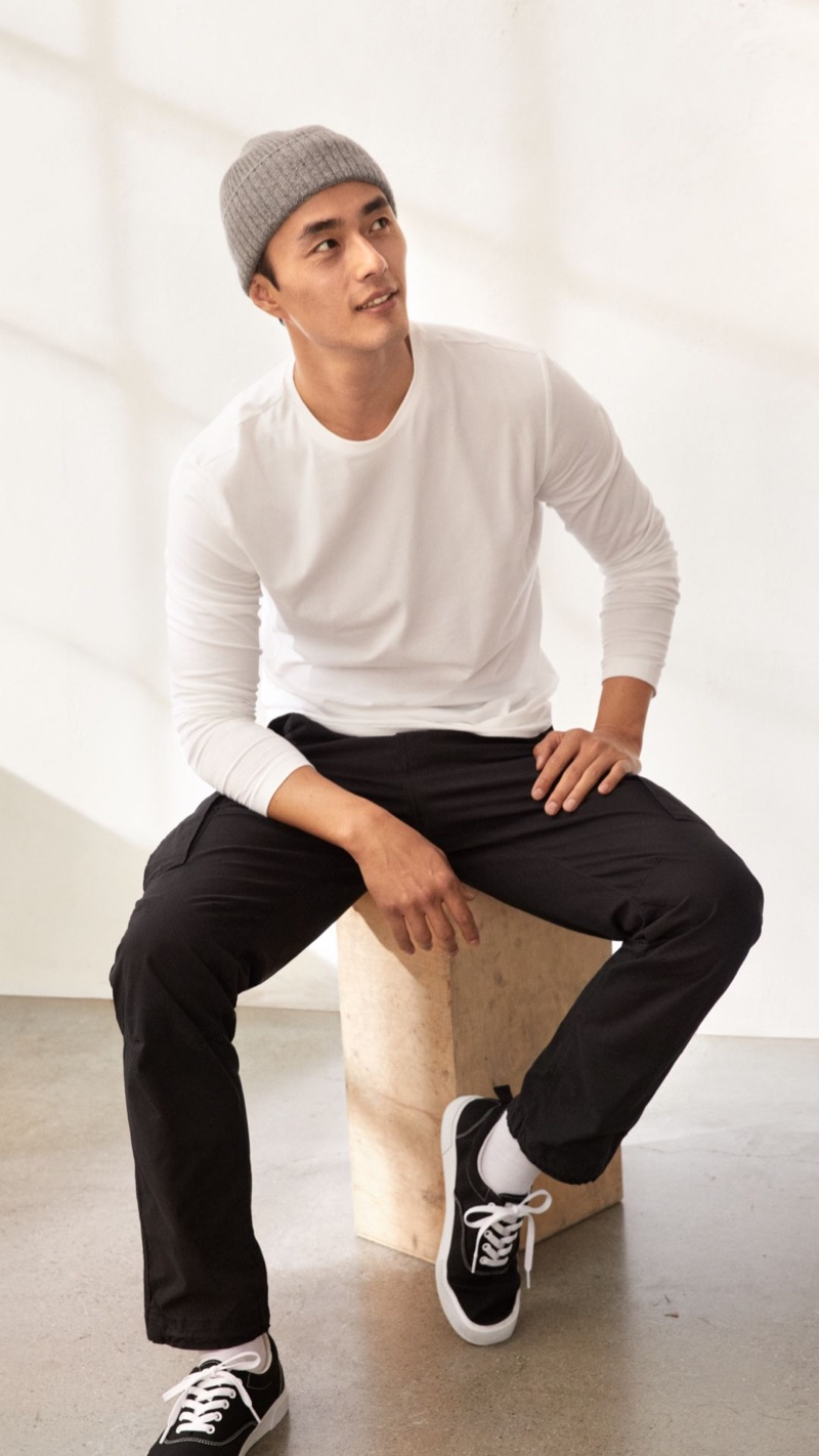 Sporting casual style, Zhao Lei wears cargo pants with a long-sleeve tee from H&M.