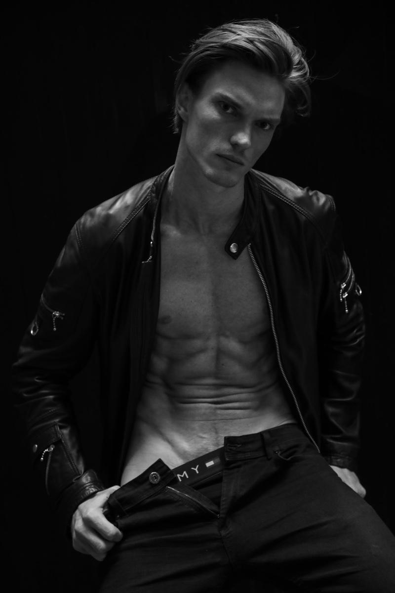 Model Bruno Novodvorski sits before the lens of photographer Glauber Bassi.