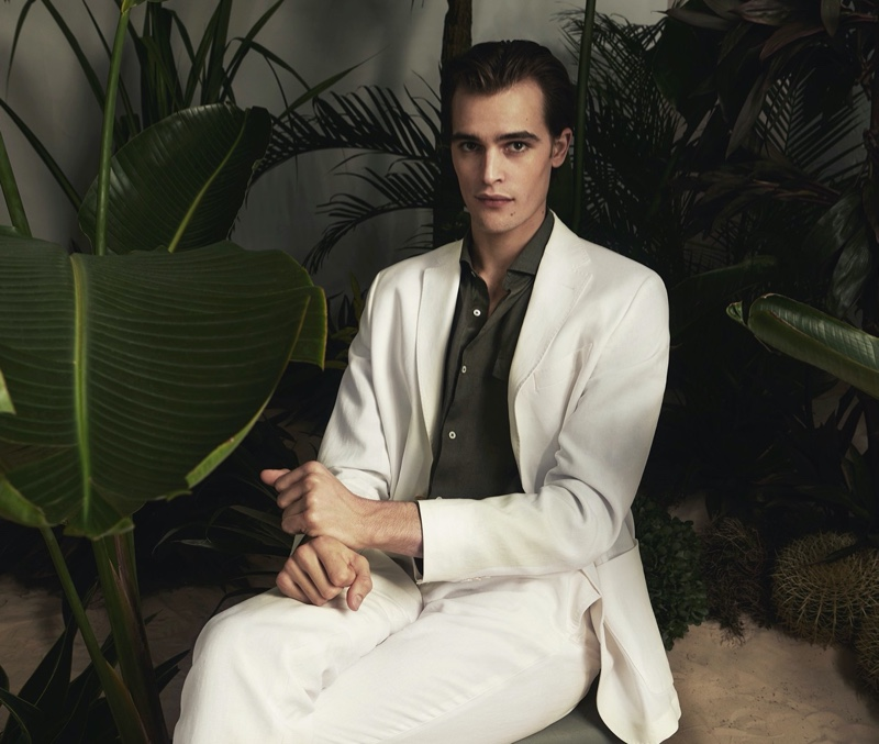 Parker van Noord stands out in a chic white suit from Massimo Dutti's spring-summer 2020 Limited Edition collection.