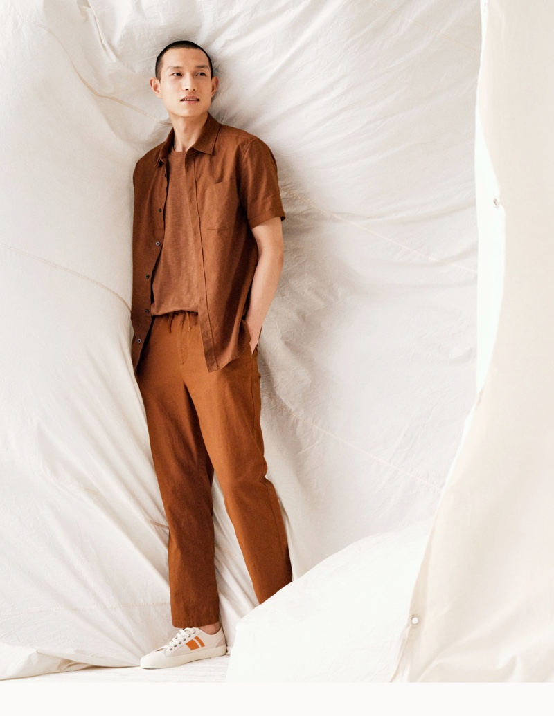 Tackling chic linen fashions, Zhang Wenhui sports relaxed fit linen pants and a t-shirt with H&M's  slim-fit linen-blend shirt.