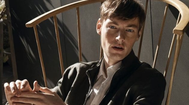 Roberto Sipos dons a linen jacket, shirt, and trousers from Massimo Dutti.