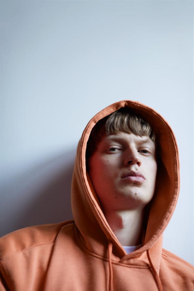 Appearing in a moody image, Jonas Glöer rocks a short-sleeve oversized hoodie by Zara.