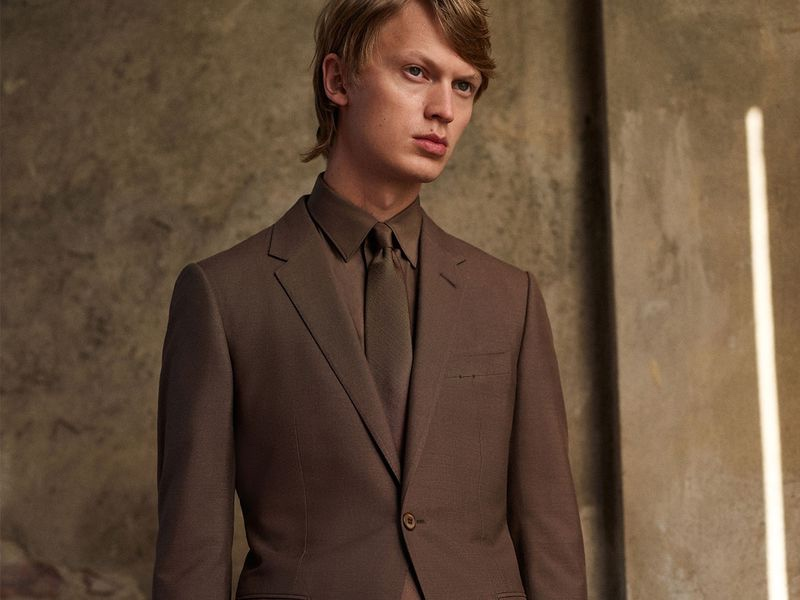 Top model Jonas Glöer is front and center in an elegant brown suit from Ermenegildo Zegna Made to Measure.