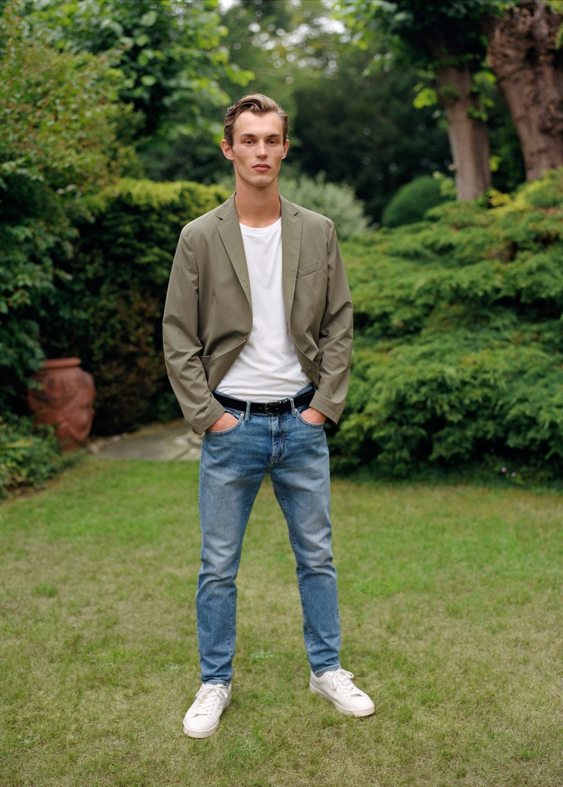 Front and center, Kit Butler dons a cotton blazer with a relaxed t-shirt and denim jeans by Mango.