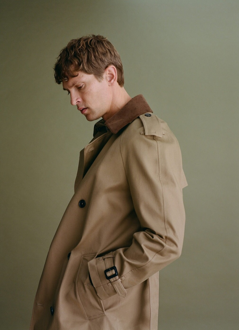 Delivering a side profile, Mathias Lauridsen sports a trench coat from Mango's fall-winter 2020 men's collection.