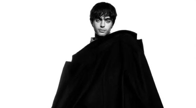 Draped in an oversized coat, Lennon Gallagher connects with Zara Man for a new photoshoot.