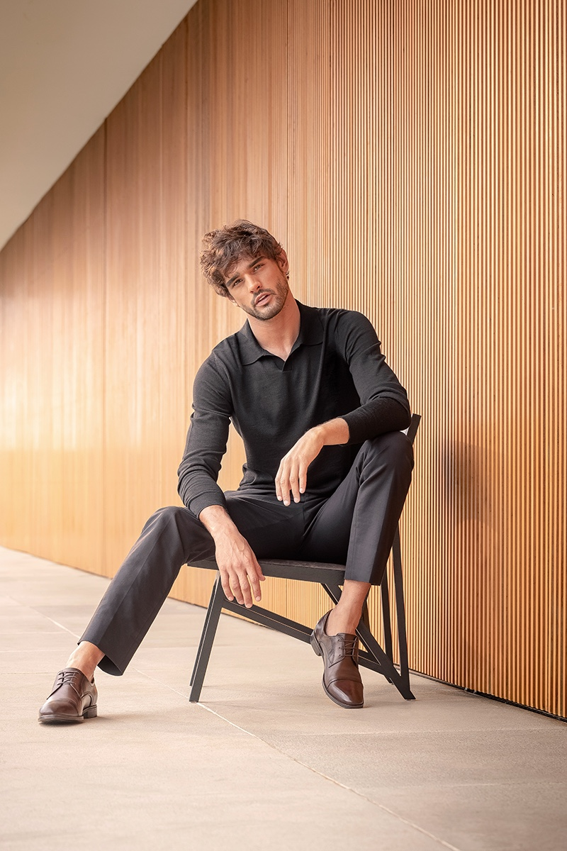 Marlon Teixeira is a smart vision in a long-sleeve polo and trousers for Democrata's winter 2021 campaign.