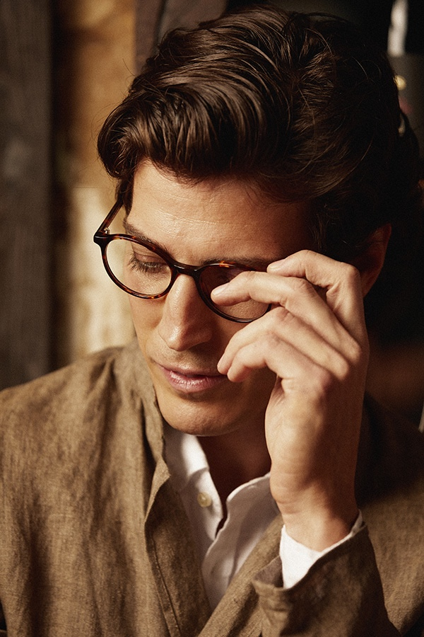 Oriol Elcacho Embraces the Moment in Mó Eyewear Campaign