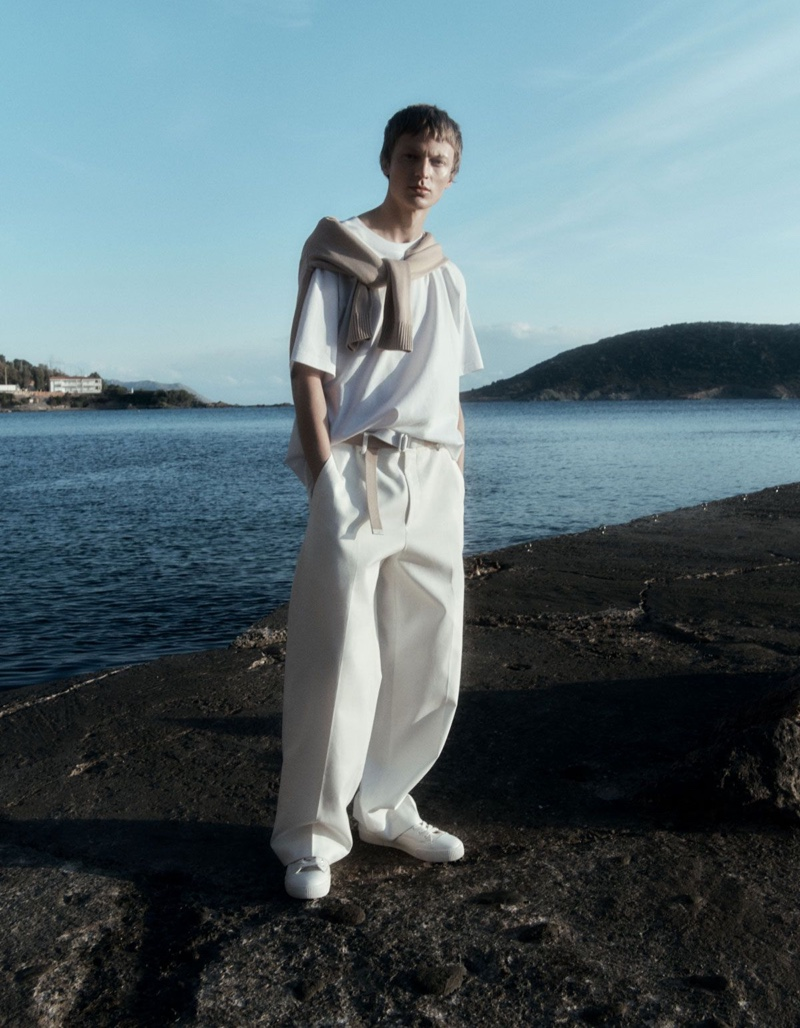 Venturing outdoors, Jonas Glöer stands out in a COS oversized-fit t-shirt, relaxed-fit jumper, and wide-leg trousers.