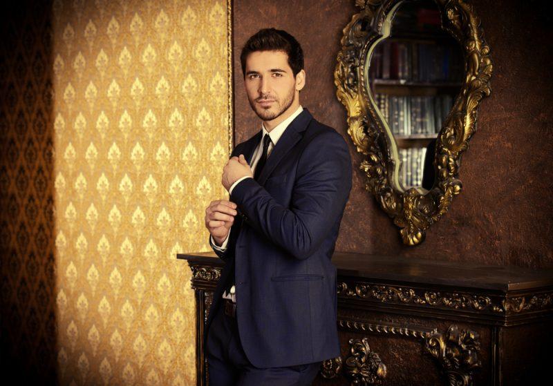 Model Sleek Suit