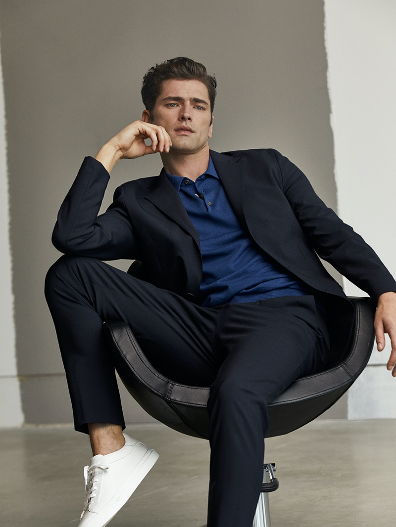A chic vision, Sean O'Pry inspires in a sharp suit and blue polo by Massimo Dutti.