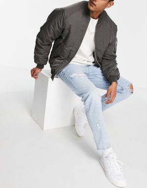 ASOS DESIGN tapered jeans in 90's light wash with rips-Blues