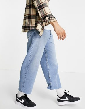 ASOS DESIGN wide crop jeans in 90's mid wash with raw hem-Blues