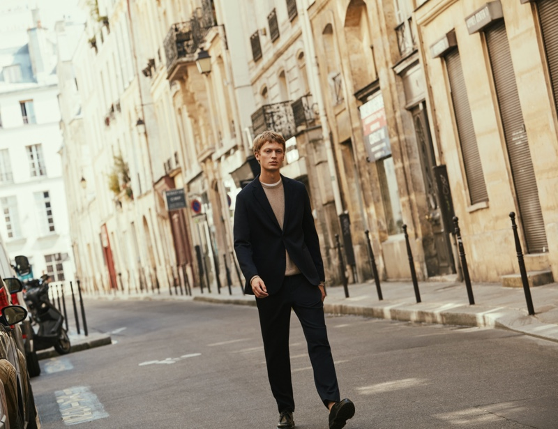 German model Jonas Glöer wears a relaxed tailored number from Massimo Dutti's fall 2021 collection.