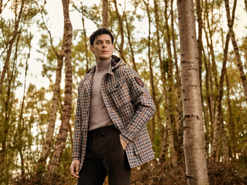 Lewis Jamison modela o estilo inteligente sob medida para a campanha Daks Fall '21
